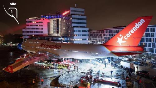 De plaatsing van het Corendon vliegtuig